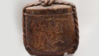 Acquisition d'œuvres d'art : enseigne en bois sculpté figurant un tonneau de saké